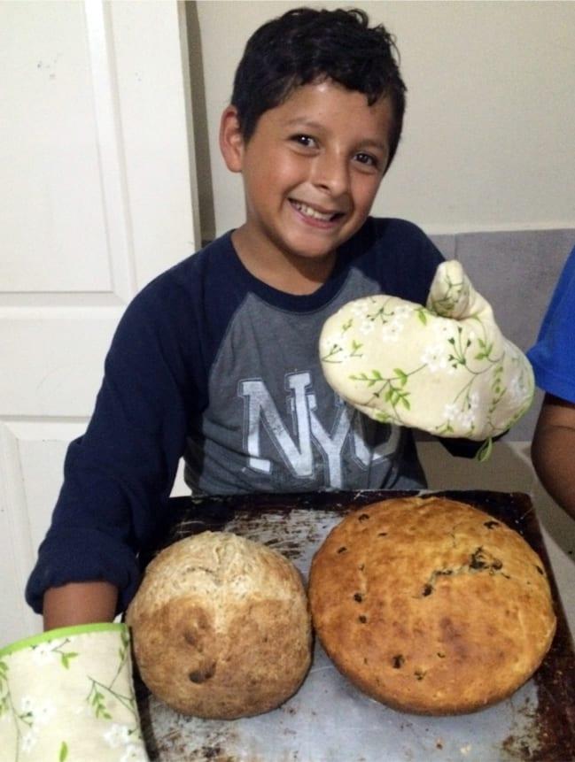 Students at Fundaninos learning to bake bread